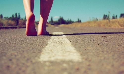 Sono anni che giro per le strade di questo paese e continuo ancora a sentirmi uno straniero. Sono solo. Attraverso il ponte, giro l'angolo, l'edificio antico; due vecchietti nel baretto […]