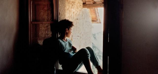 Sono chiuso in questo ospedale da giorni, all'interno di una piccola stanza con due posti letto. Il mio è quello vicino alla finestra. Se mi tiro un po' su col […]