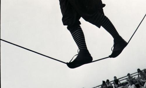 Camminando sulla fune il funambolo funambolico sta per cadere. Da lassù, ammira lo spettacolo che c'è laggiù… Volo voglio, cado non cado, indietreggio ballo, salto e volteggio: sulla fune, sulla […]